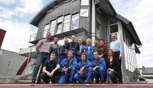 Das Team von SW+Becker vor dem Firmensitz in Büren